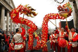 На фото мы видим, что любой большой праздник в Китае не обходится без дракона, с которым люди очень многое связывают в своей жизни.